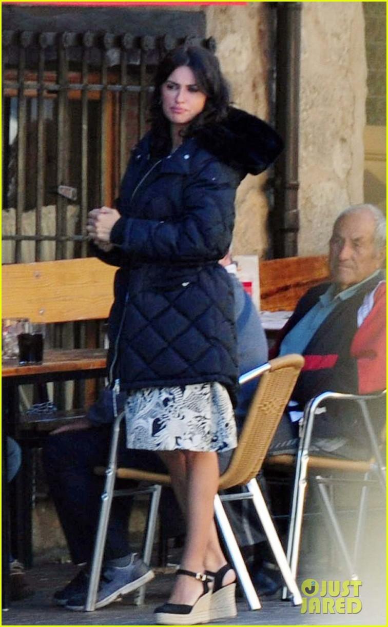 javier bardem penelope cruz begin filming their new movie in spain 023961853