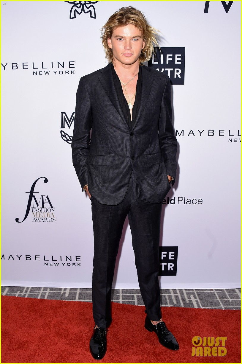 kaia and presley gerber team up for daily front rows fashion media awards 053953042