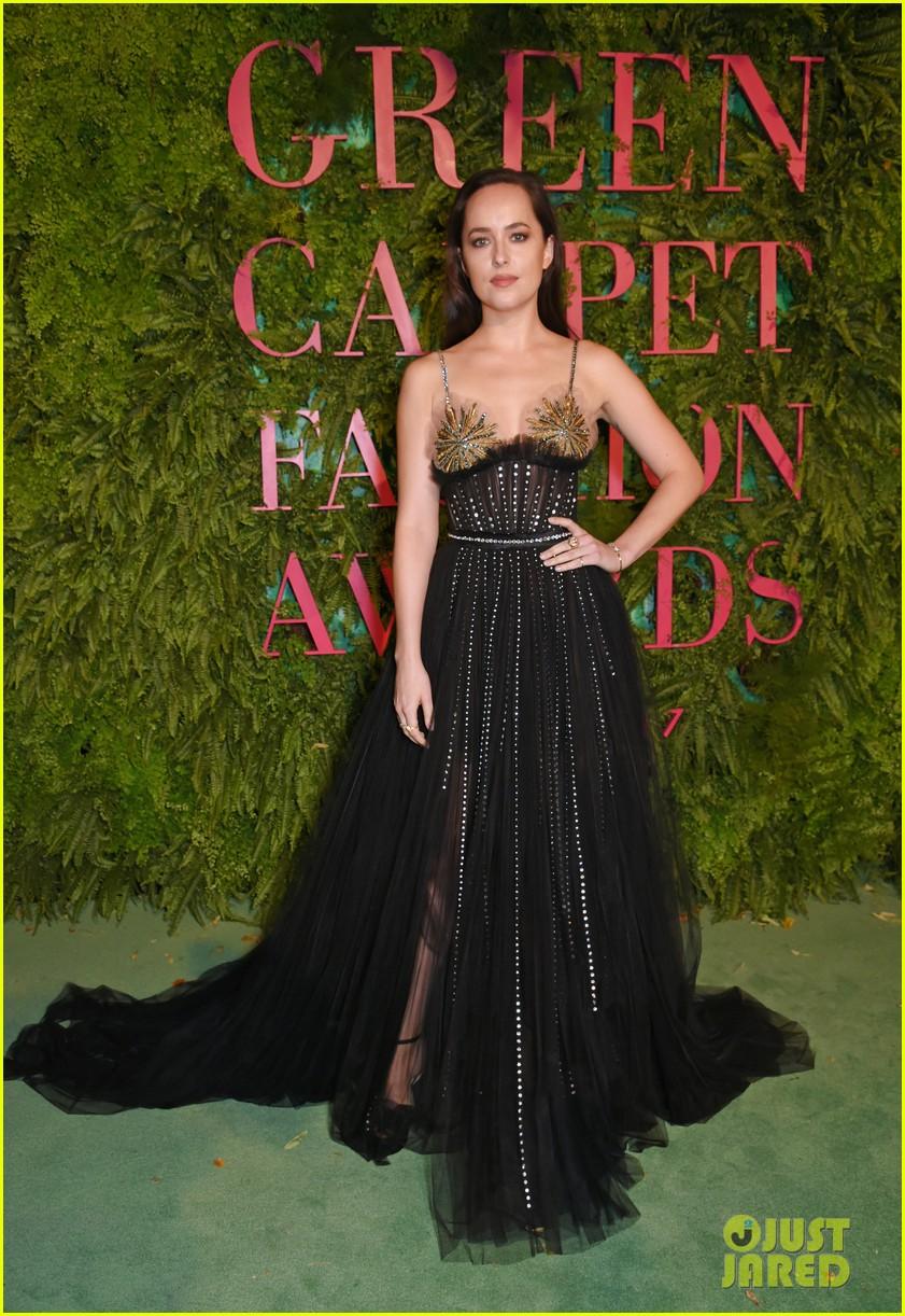 dakota johnson zoe saldana green carpet fashion awards 013963714