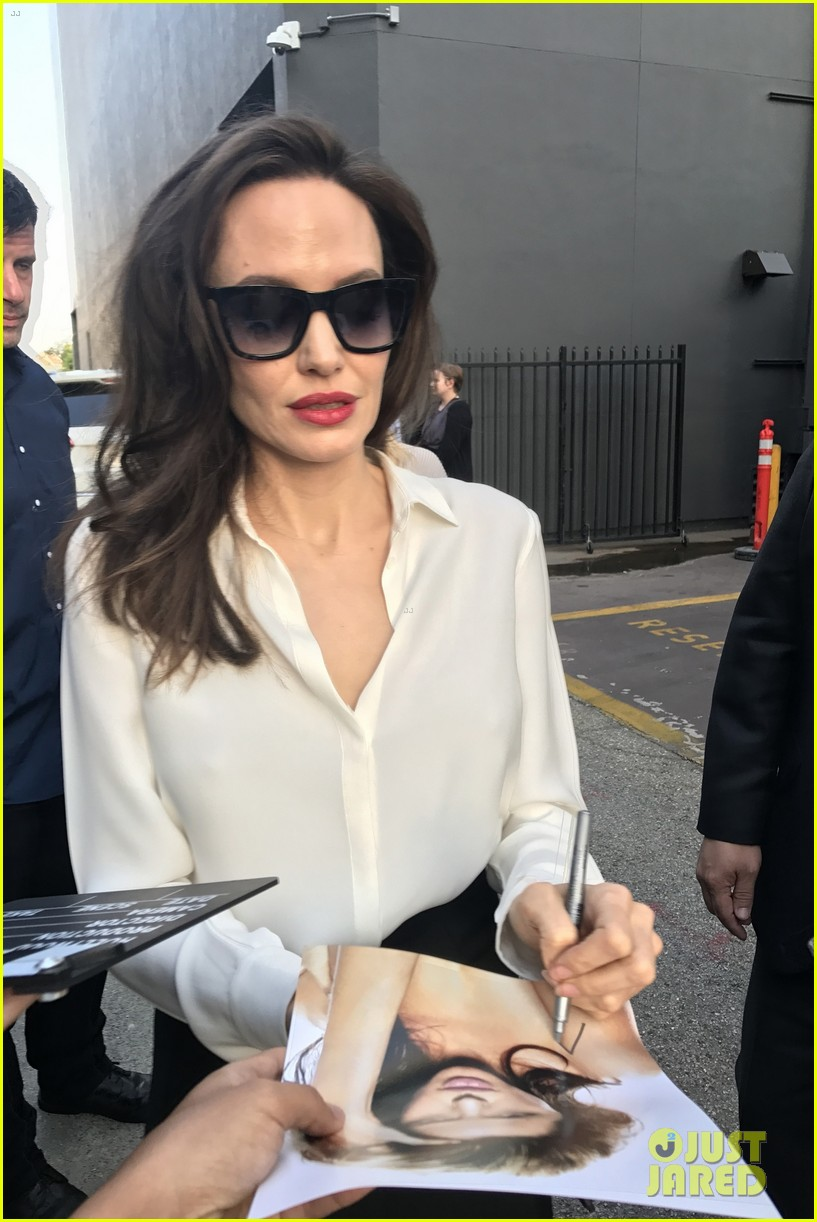 angelina jolie signs autographs 083959952