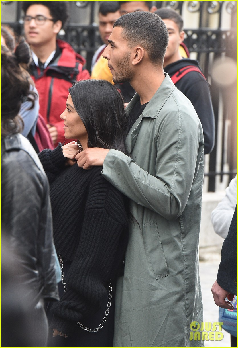 kourtney kardashian younes bendjima hold hands while sightseeing in paris 043966593