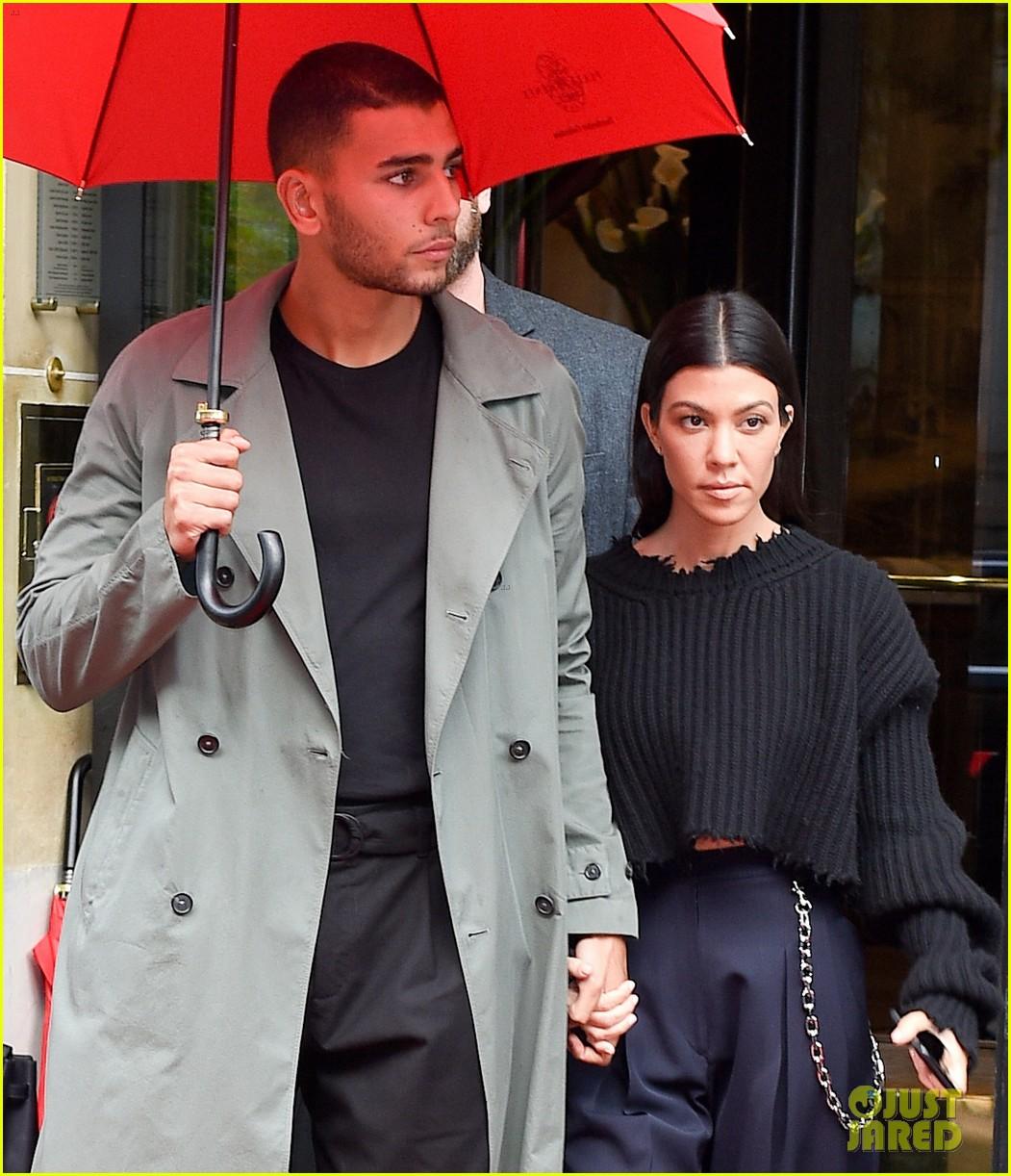 kourtney kardashian younes bendjima hold hands while sightseeing in paris 053966594