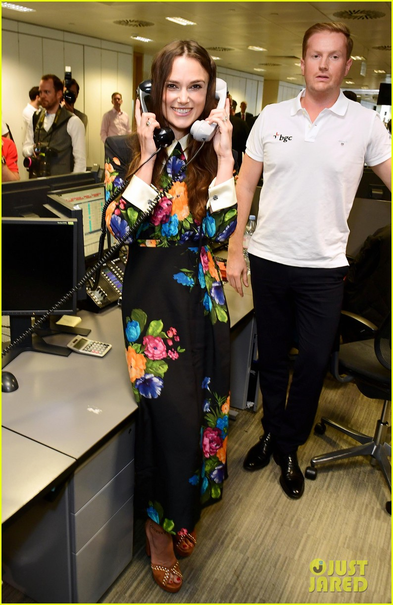 keira knightley ellie foulding answer phones at 911 charity event 05