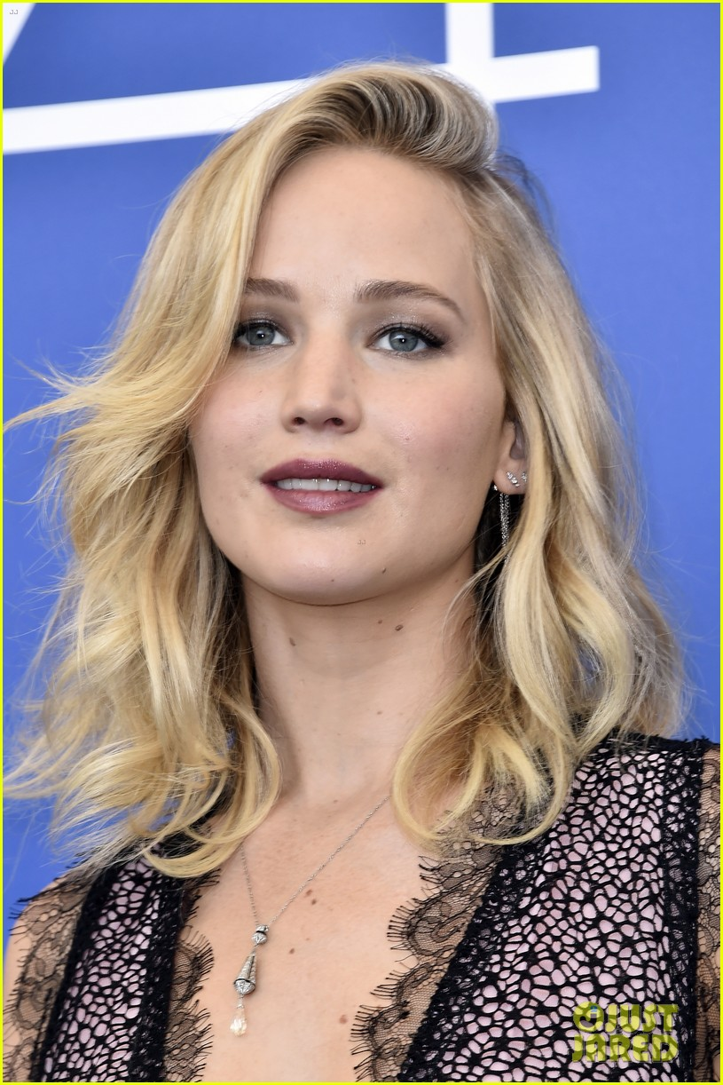 jennifer lawrence mother photo call venice 023950355