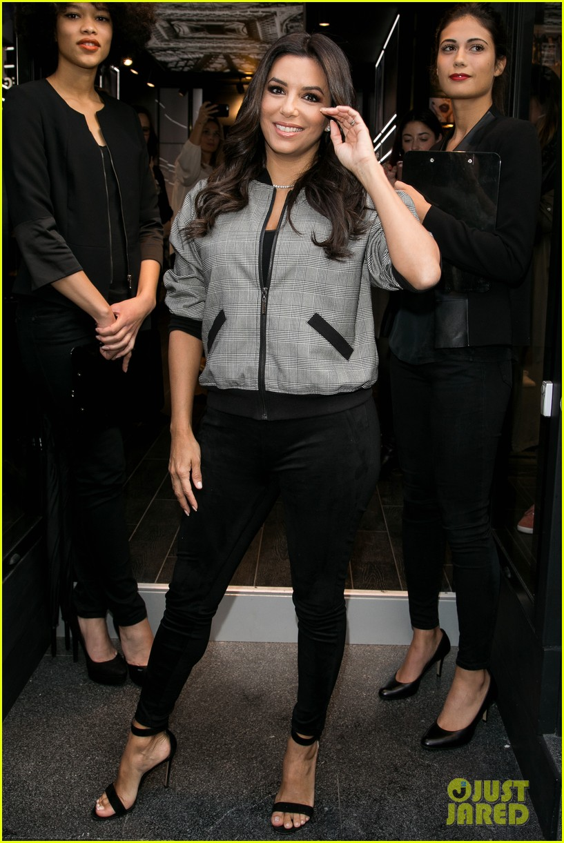 Eva Longoria Is Covered In Colors At Loreal Fan Meet Greet Photo
