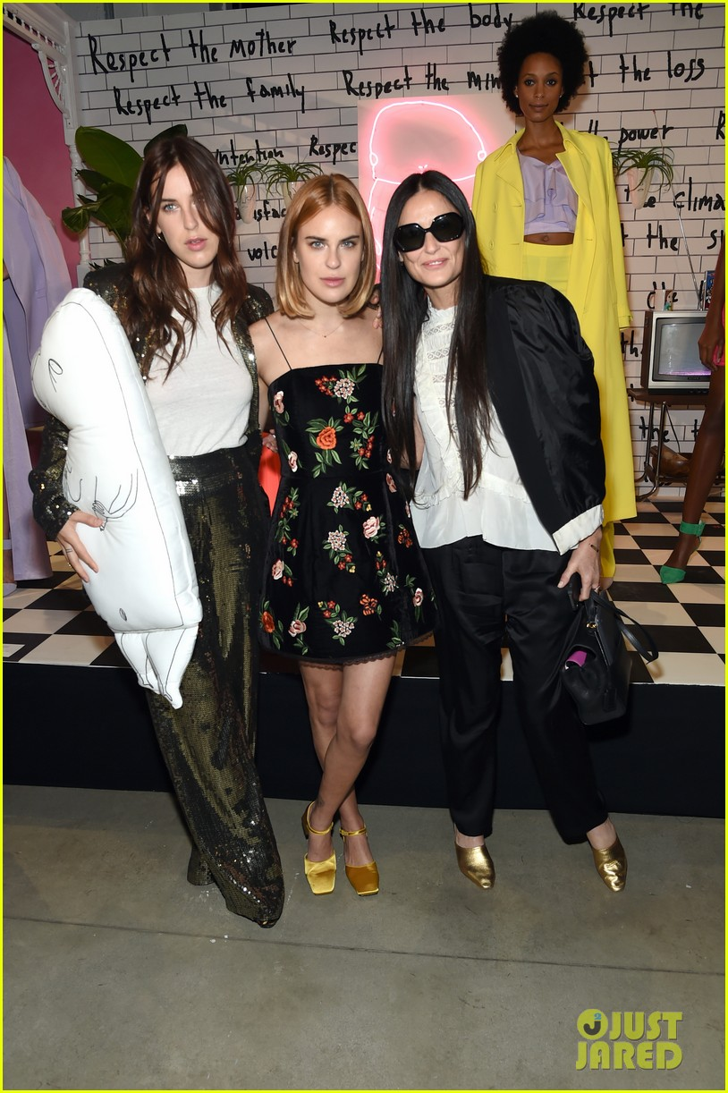 demi moore joins her daughters at alice olivia nyfw show 013955769