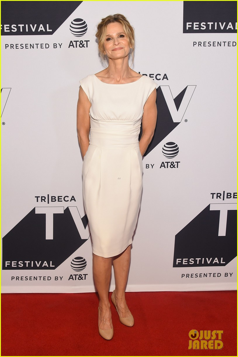 kyra sedgwick gets support from hubby kevin bacon at ten days in the valley premiere 09