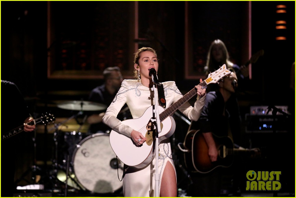miley cyrus performs week without you on the tonight show 02