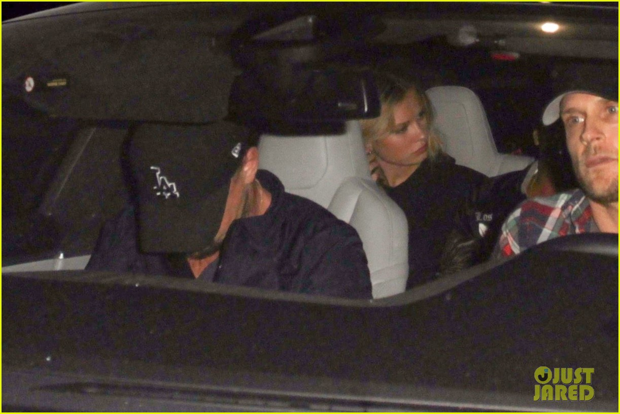 leonardo dicaprio leaves the club with friends 033975906
