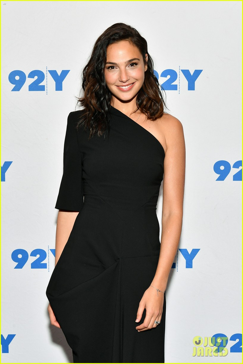 gal gadot is nervous about hosting snl my fear is to speak like a dummy 023966938