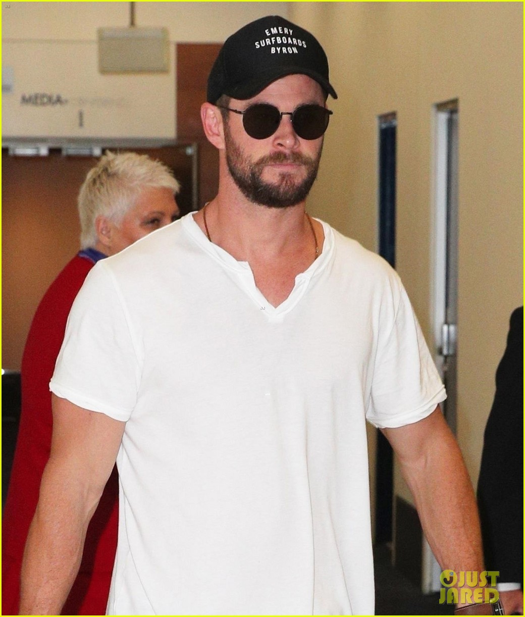 chris hemsworth flies down under for thor australian premiere 023971817