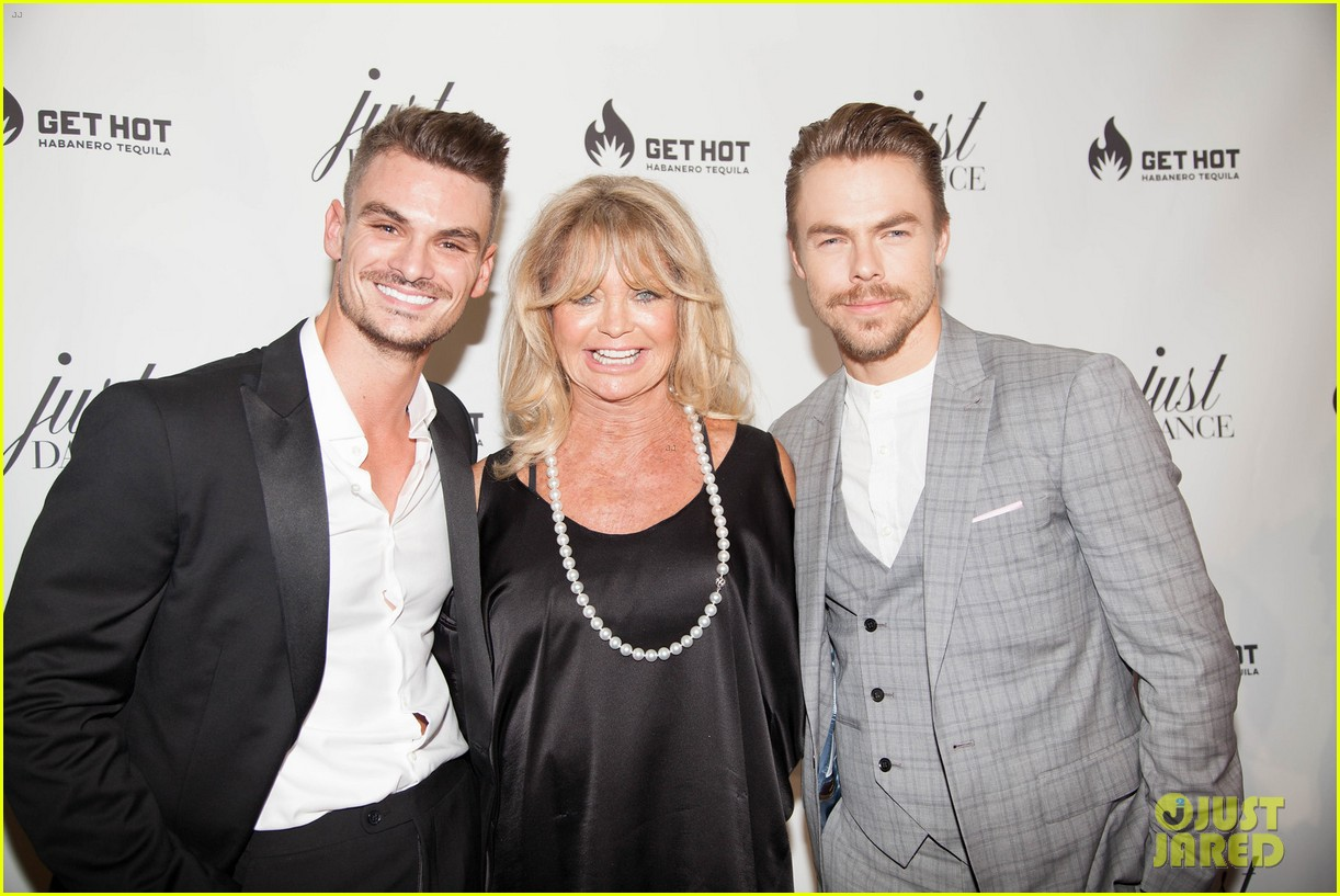 [Image: derek-hough-goldie-hawn-help-launch-the-...dio-06.jpg]