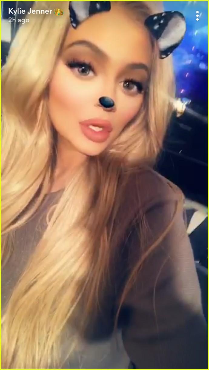pregnant sisters khloe kardashian kylie jenner snap selfies 043970194