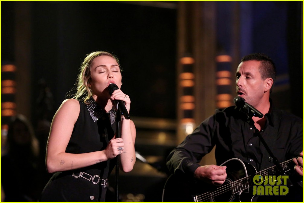 miley cyrus performs the climb on jimmy fallon 043967243