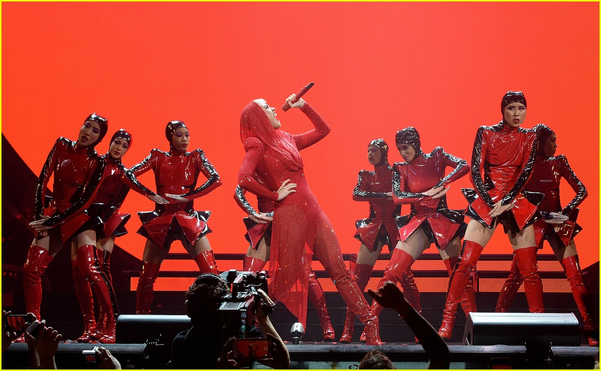 katy perry gets stuck in the air during her concert 013975405