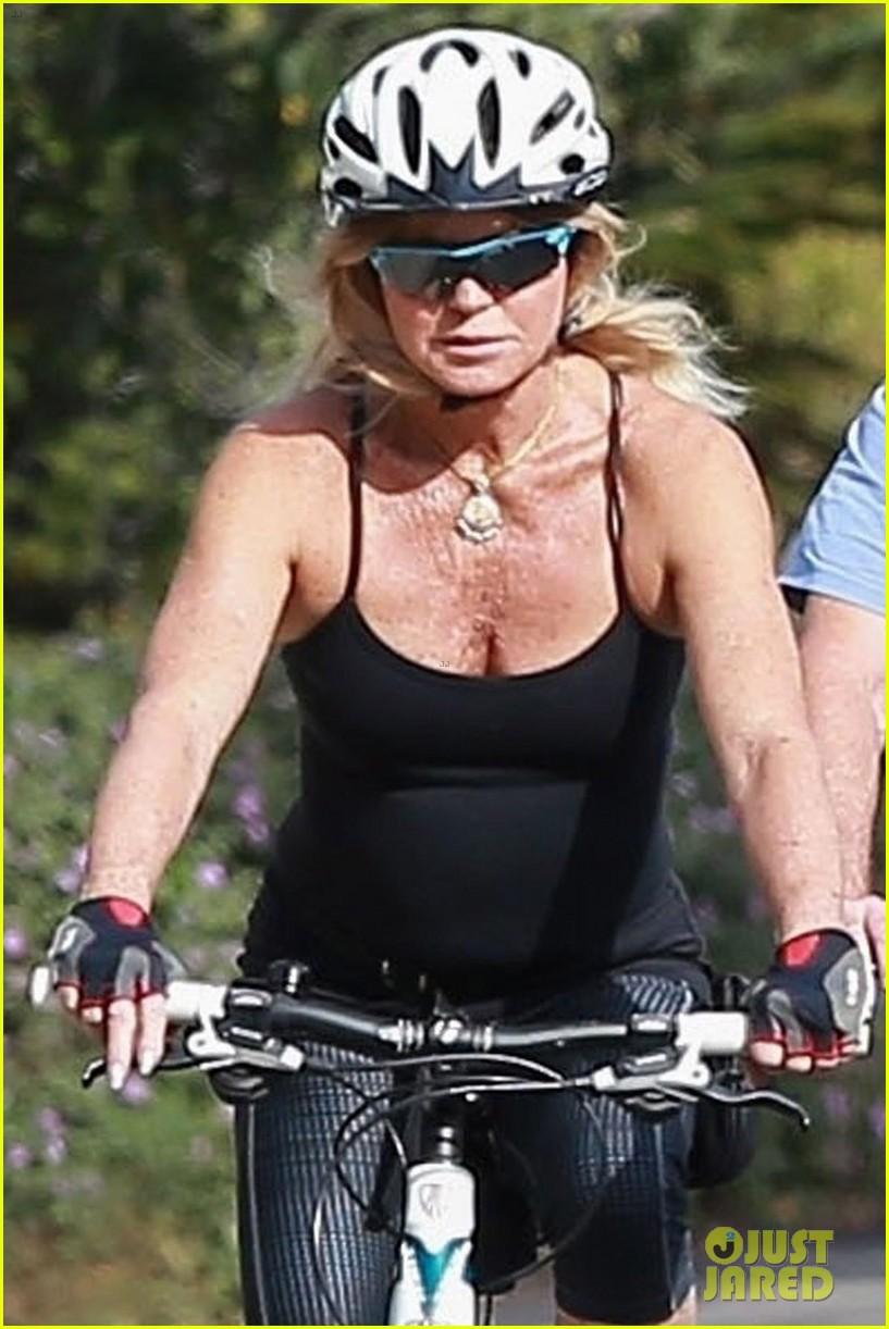 goldie hawn kurt russell thanksgiving bike ride 043992193