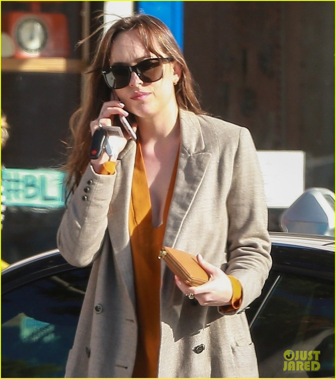 dakota johnson grabs coffee on a leisurely break in la 043985019
