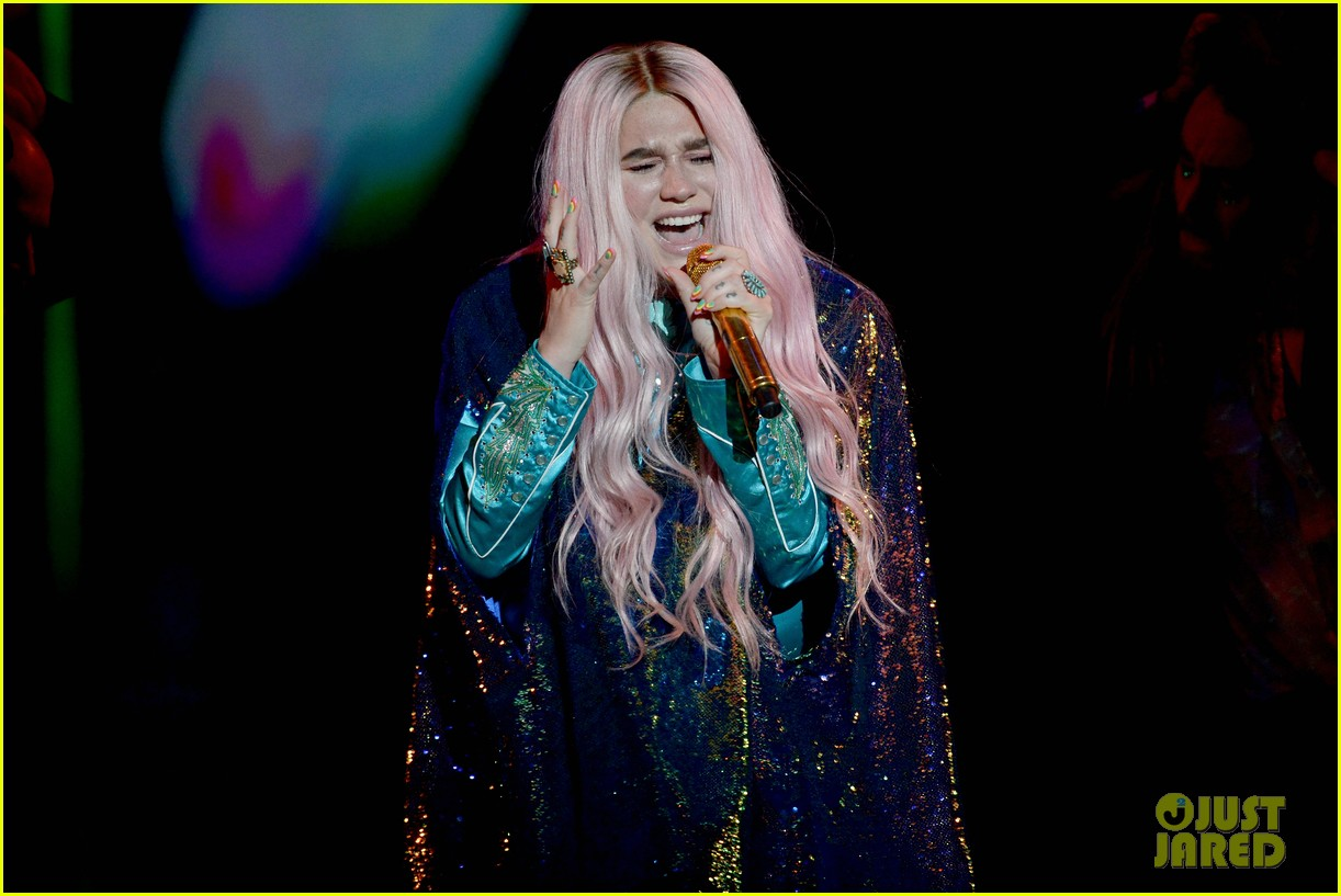 kesha performs learn to let go at mtv emas 2017 053986507