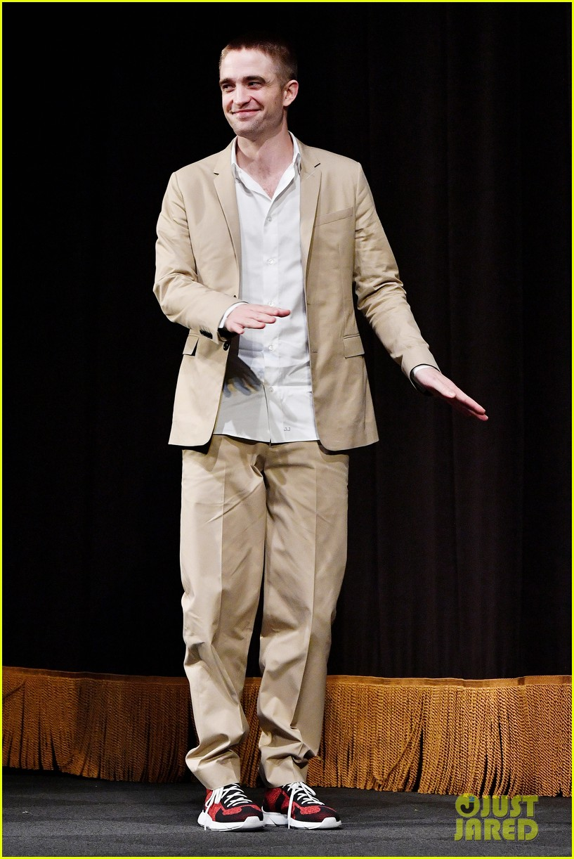 robert pattinson wears sneakers with his suit to accept award 053982165