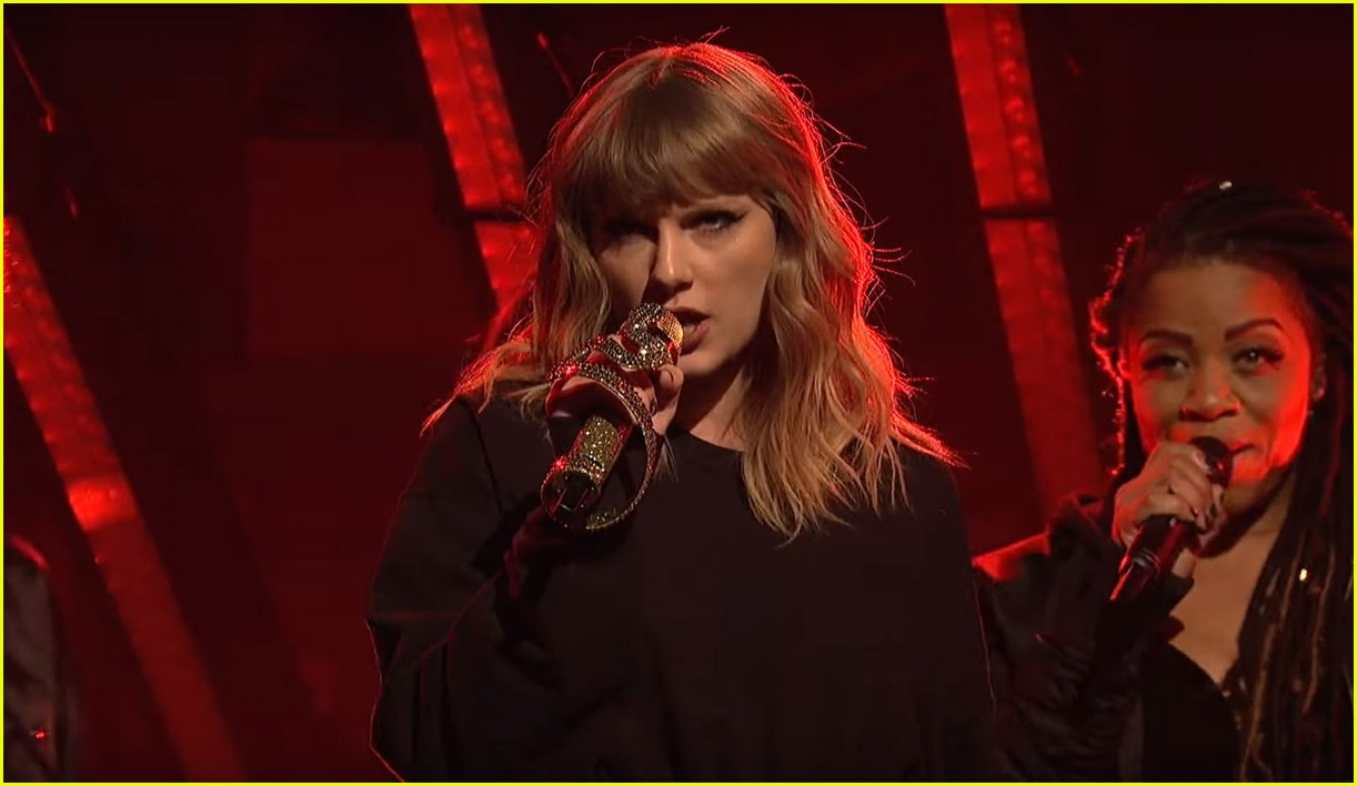 taylor swift saturday night live snakes 023986260