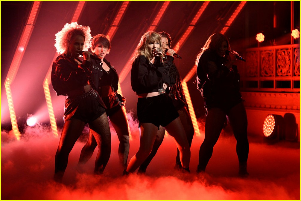 taylor swift saturday night live snakes 033986261