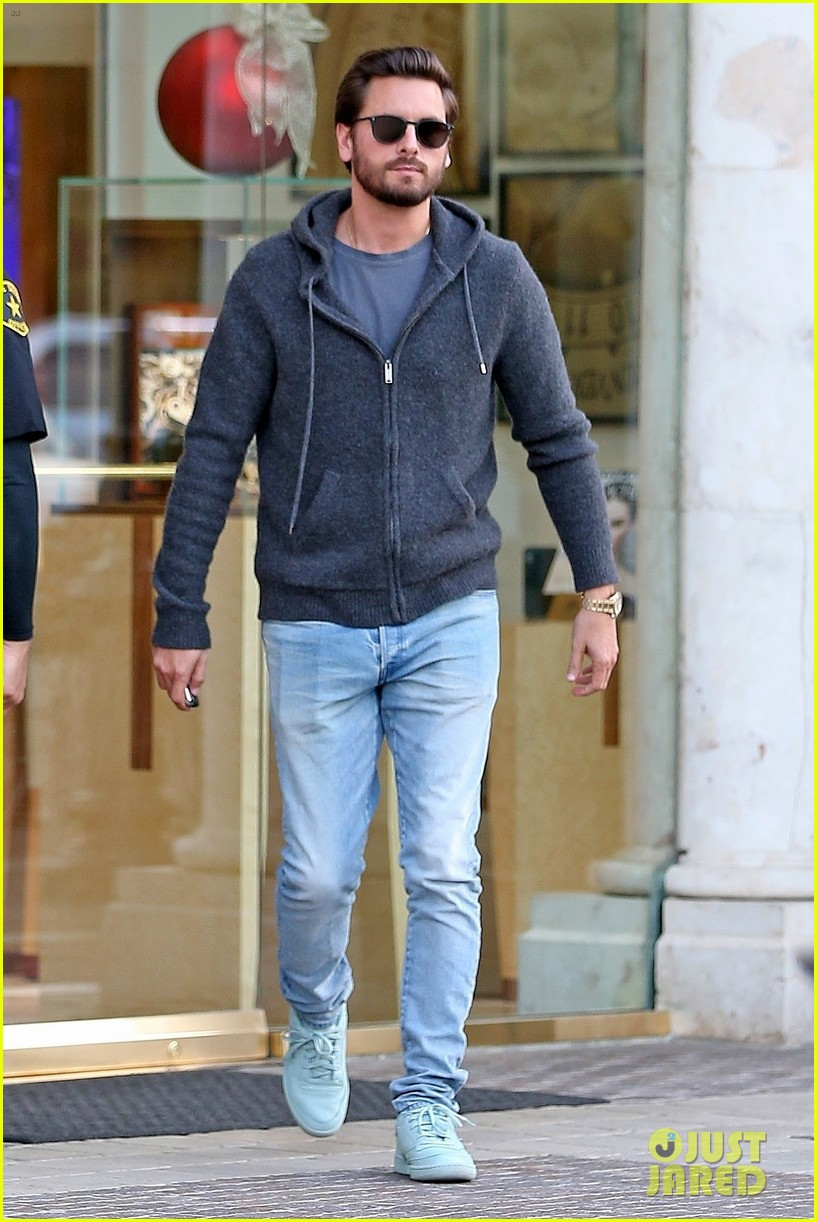 scott disick spends his afternoon shopping in calabasas 033994963