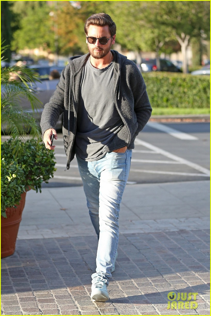 scott disick spends his afternoon shopping in calabasas 053994965