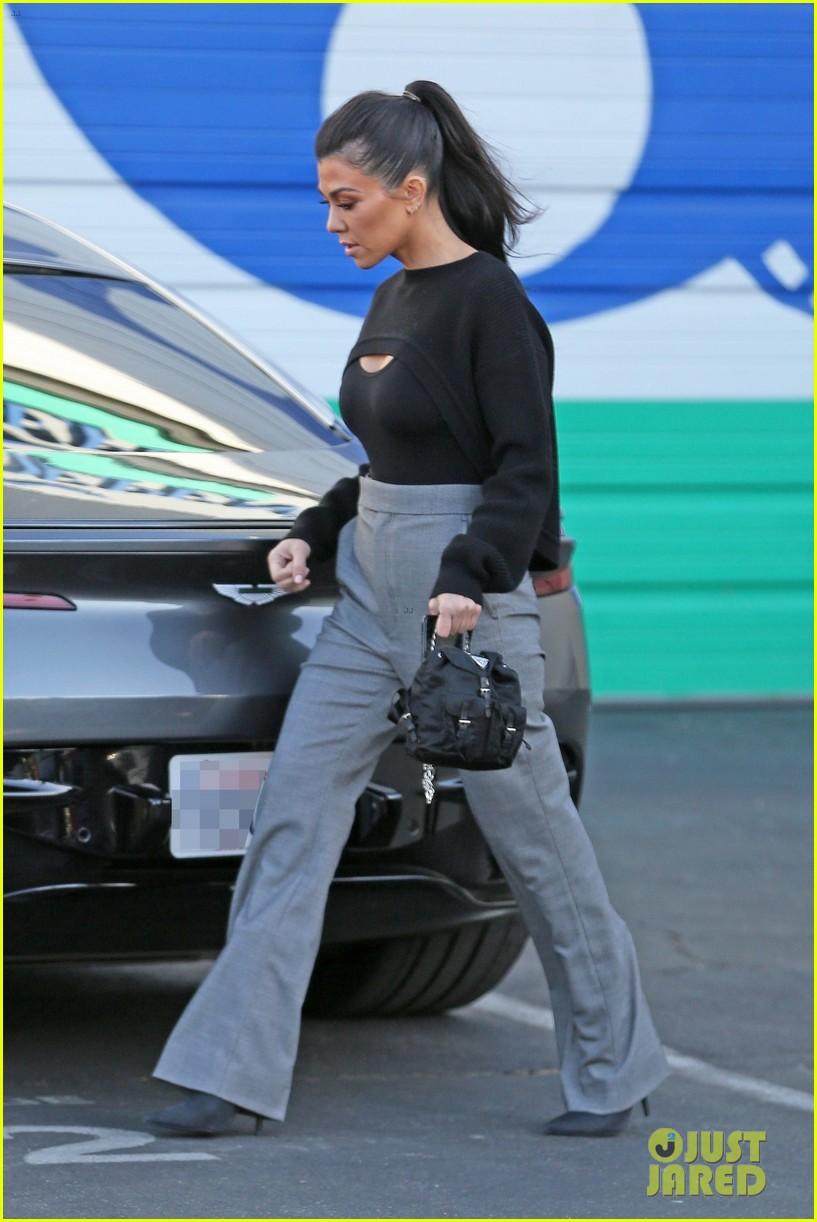 kourtney kardashian kicks off her week at the kuwtk studios 023997001