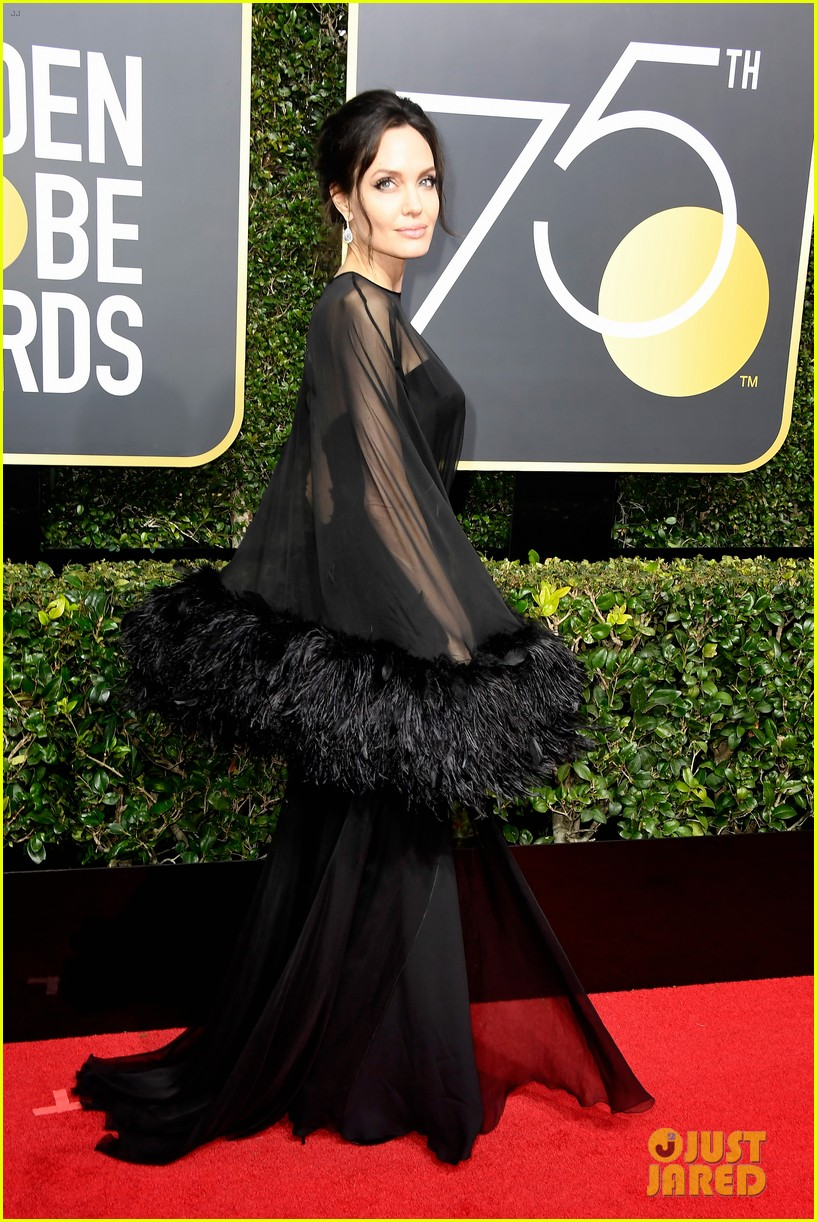 Angelina Jolie Arrives in Style for Golden Globes 2018 ... анджелина джоли 2018
