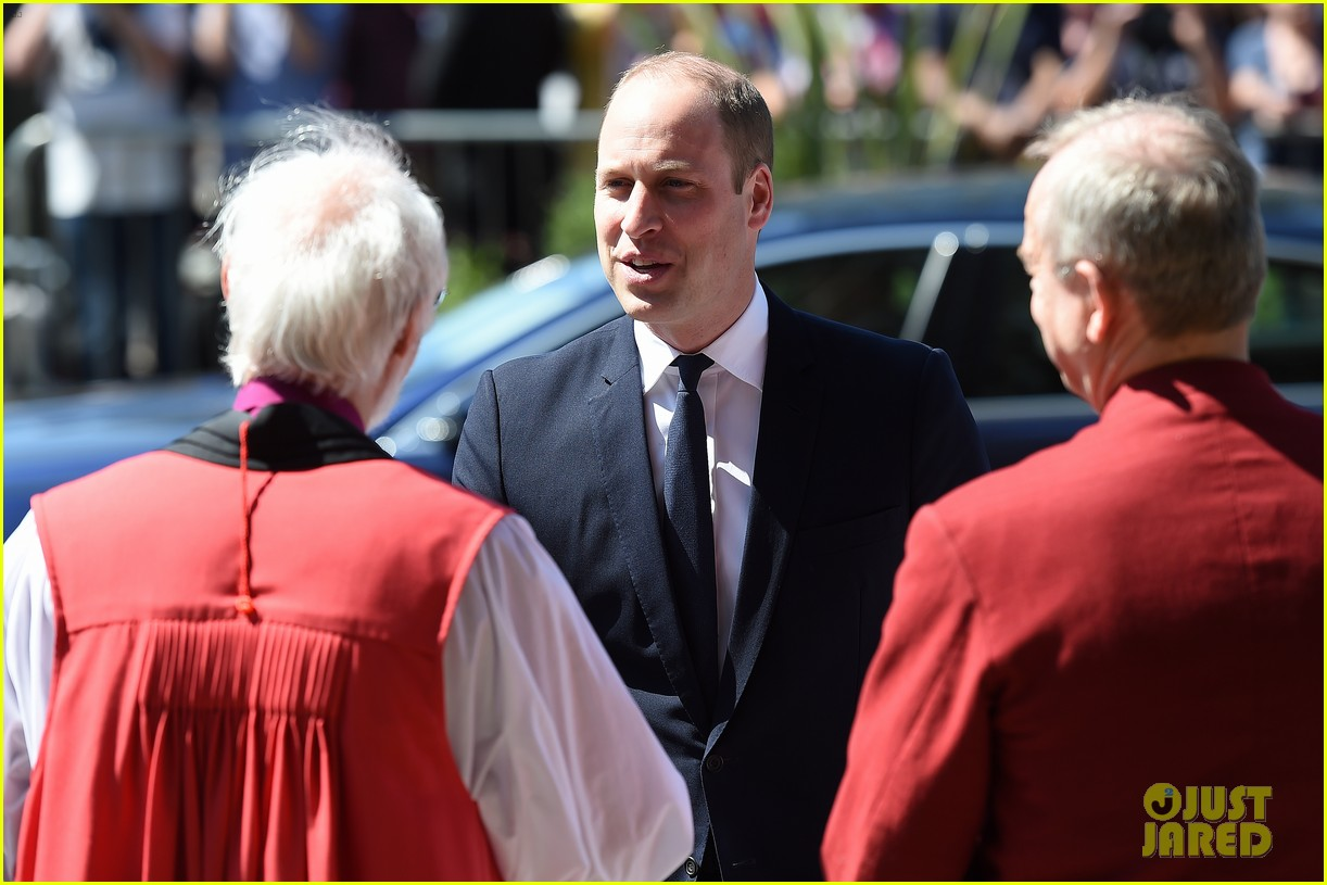 prince william honors manchester victims 03