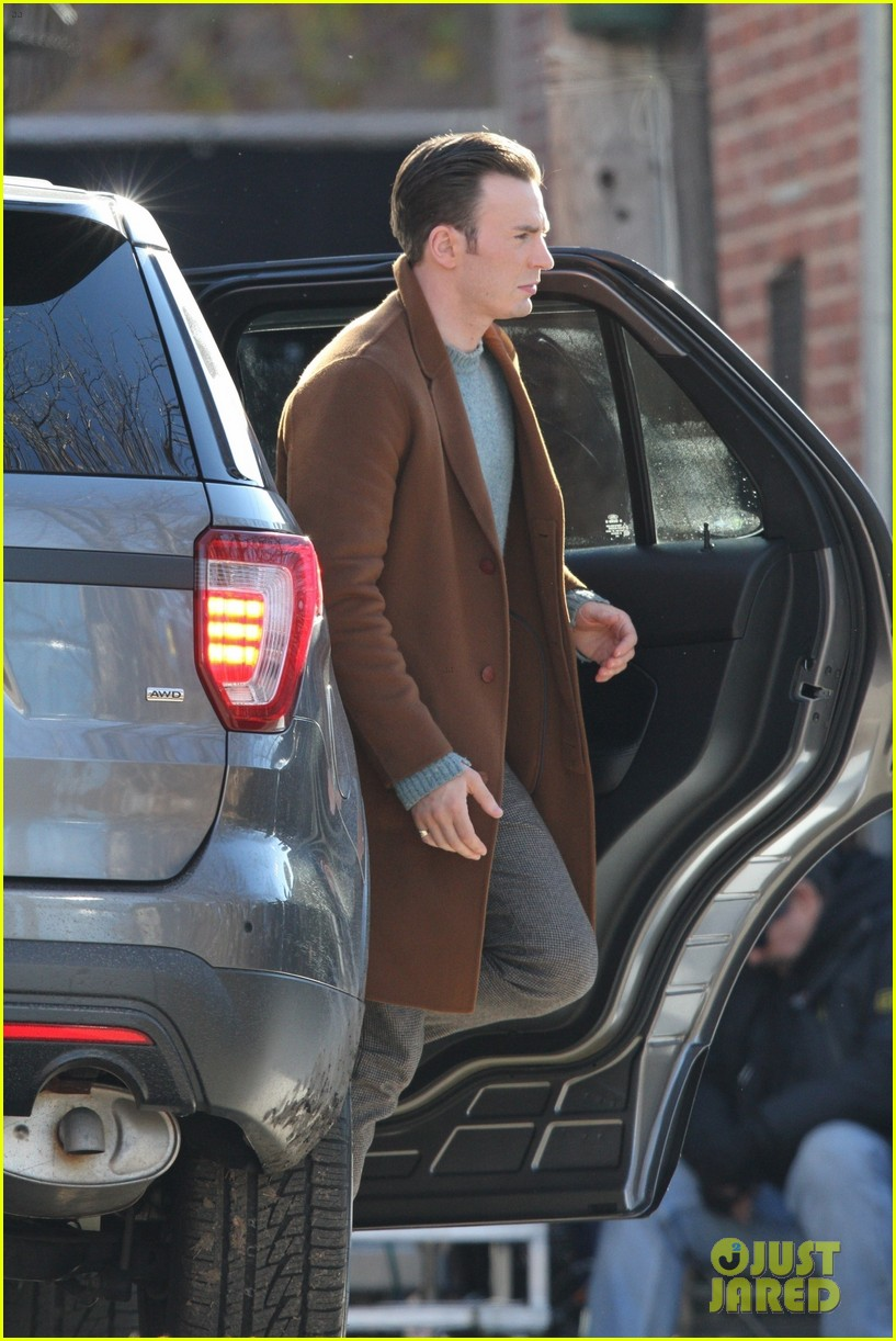http://cdn03.cdn.justjared.com/wp-content/uploads/2018/12/evans-pat/chris-evans-gets-pat-down-knives-out-set-18.jpg
