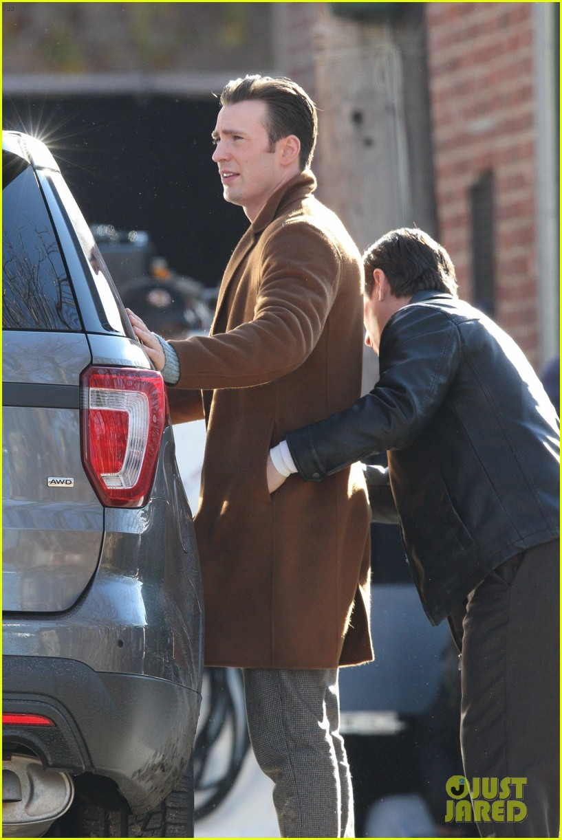 http://cdn03.cdn.justjared.com/wp-content/uploads/2018/12/evans-pat/chris-evans-gets-pat-down-knives-out-set-26.jpg