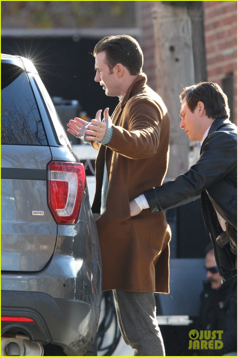 http://cdn03.cdn.justjared.com/wp-content/uploads/2018/12/evans-pat/chris-evans-gets-pat-down-knives-out-set-30.jpg