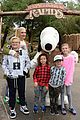 gwen stefani takes her kids to knotts berry farm 02