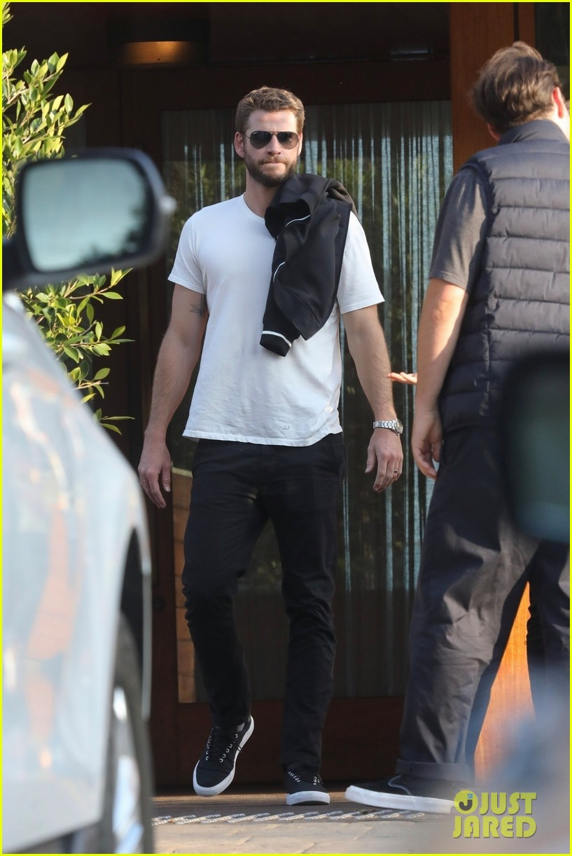liam hemsworth grabs pre fathers day meal with family 014310701