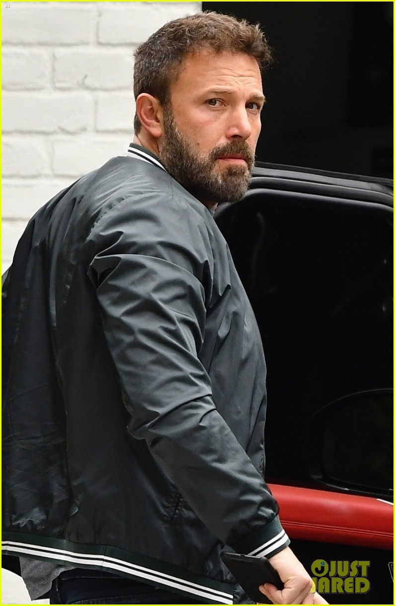 ben affleck picks up his daily dunkin in brentwood 014325161