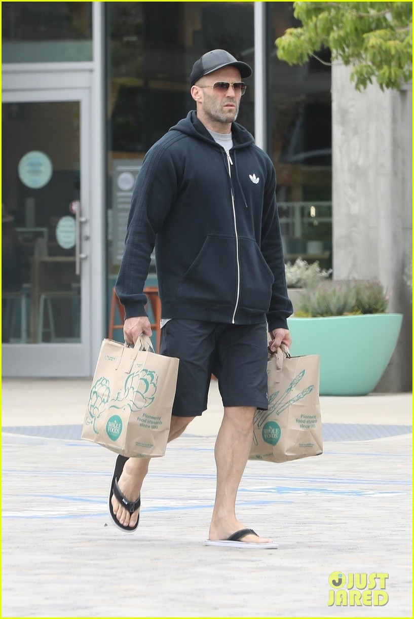 jason statham picks up groceries in la 014319842
