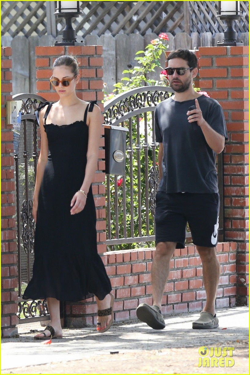 tobey maguire steps out for the day with girlfriend tatiana dieteman 014328083