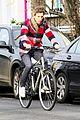 eddie redmayne flat tire while riding bike 02
