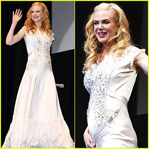 Nicole Kidman Emphasizes Baby Bump