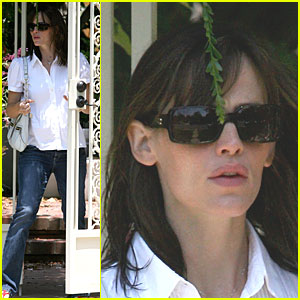 Jennifer Garner: Under the Summer Mistletoe?