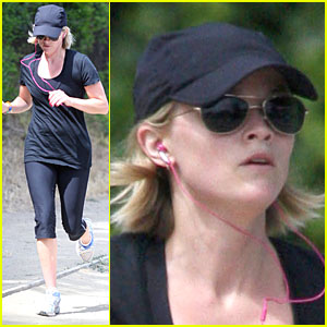Reese Witherspoon is a Jogger, Not a Blogger