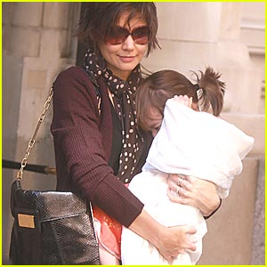 Suri Cruise Plugs Her Ears