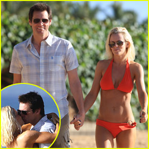 011834b6ce Jim Carrey and girlfriend Jenny MaCarthy share some passionate kisses on  the beach in Hawaii on Monday.