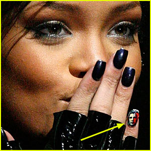Rihanna Wears Obama On Her Fingernail