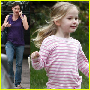 Jennifer Garner & Violet Affleck: Phone and Fun