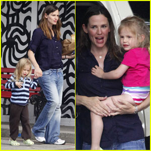 Jennifer Garner & Violet: Pool Pair