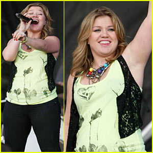 Kelly Clarkson: Orem Summerfest Singing