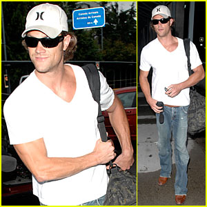 Supernatural stud Jared Padalecki hides under his Hurley hat as he arrives ...