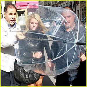 Jessica Simpson: Clear Umbrella Cover-Up!
